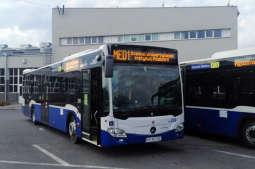 Kraków dowozi personel szpitalny specjalnymi autobusami