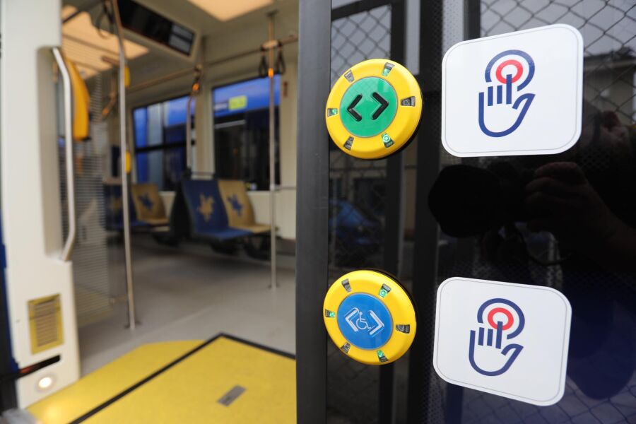 Prowadzący znów będą otwierać drzwi w tramwajach i autobusach