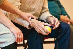Pomoc dla seniorów wznowiona – uważajmy na oszustów!