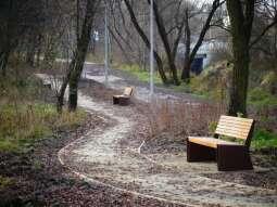Przejdź się naturalnymi alejkami w parku rzecznym Wilga
