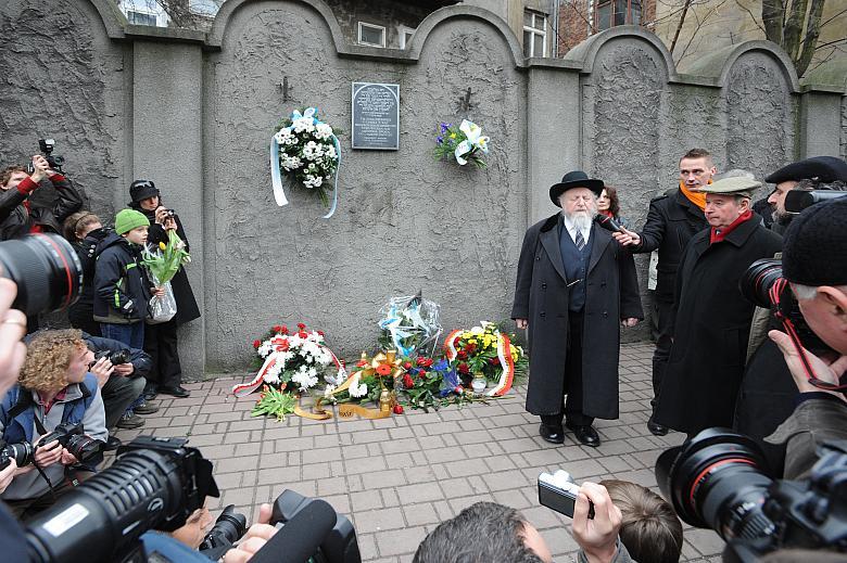 Pod murem getta głos zabrał rabin naczelny Galicji Edgar Glück.